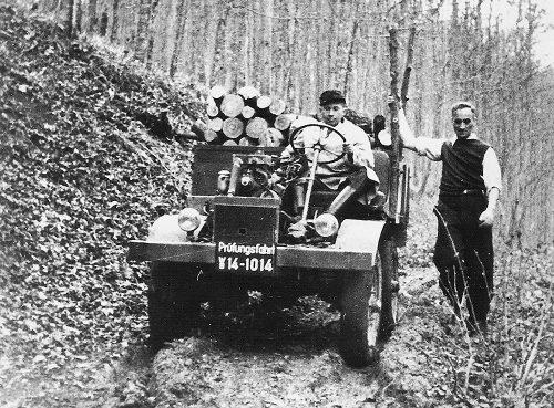 """Erste """"Prüffahrt"""", noch ohne Fahrerhaus, am 9. Oktober 1946. Chefkonstruk¬teur Heinrich Rößler am Steuer, rechts Hans Zabel, der Namensgeber des Unimog. ; First test drive on 9 October 1946. Chief designer Heinrich Rößler at the wheel and Hans Zabel, who gave the Unimog its name, on the right.;"""